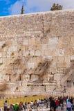 JERUSALEM, ISRAEL - 17. FEBRUAR 2013: Leute, die nahe Weste beten Stockbild