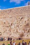 JERUSALEM, ISRAEL - 17. FEBRUAR 2013: Leute, die nahe Weste beten Lizenzfreies Stockbild
