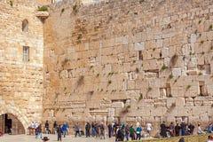 JERUSALEM, ISRAEL - 17. FEBRUAR 2013: Leute, die nahe Weste beten Stockfoto
