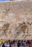 JERUSALEM, ISRAEL - 17. FEBRUAR 2013: Leute, die nahe Weste beten Stockbilder