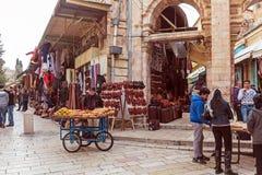 JERUSALEM, ISRAEL - 16. FEBRUAR 2013: Touristen, die Andenken kaufen Lizenzfreie Stockbilder