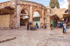 JERUSALEM, ISRAEL - 17. FEBRUAR 2013: Touristen, die Andenken kaufen Lizenzfreies Stockfoto
