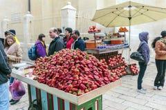 JERUSALEM, ISRAEL - 16. FEBRUAR 2013: Touristen, die strawberr kaufen Lizenzfreies Stockfoto