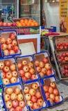 JERUSALEM ISRAEL - FEBRUARI 16, 2013: Granatäpplet shoppar på Fotografering för Bildbyråer
