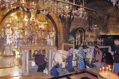 JERUSALEM ISRAEL - 26 FEBRUARI 2017 - kristen vallfärdar på kyrkan av den heliga griften royaltyfri fotografi