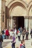 JERUSALEM ISRAEL - FEBRUARI 15, 2013: Tung trafik av turister Fotografering för Bildbyråer