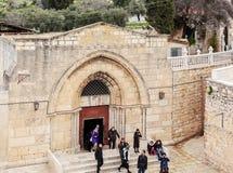 JERUSALEM ISRAEL - FEBRUARI 16, 2013: Turister som skriver in gravvalvet av Arkivbild
