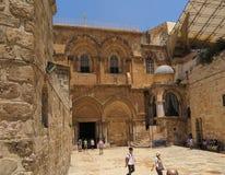 JERUSALEM ISRAEL - JULI 13, 2015: Folk på ingången till Royaltyfria Foton