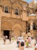 JERUSALEM ISRAEL - JULI 13, 2015: Folk på ingången till Arkivbilder