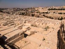JERUSALEM ISRAEL - Juli 13, 2015: Gamla judiska gravar på Mountet of Olives i Jerusalem, Royaltyfria Foton
