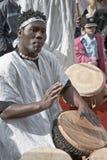 JERUSALEM, ISRAEL - 15. MÄRZ 2006: Purim-Karneval, der Straßenmusiker, der den Tam-tam spielt, trommelt Stockbilder