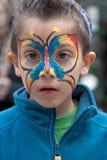 JERUSALEM, ISRAEL - 15. MÄRZ 2006: Purim-Karneval, Porträt des kleinen Jungen auf seinem Gesicht malte Schmetterling Stockbilder