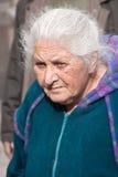 JERUSALEM, ISRAEL - 15. MÄRZ 2006: Purim-Karneval Porträt einer alten Frau von der Menge Stockbild