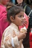 JERUSALEM, ISRAEL - 15. MÄRZ 2006: Purim-Karneval Porträt eines kleinen Mädchens kleidete auf einen Klage Japaner an Lizenzfreie Stockfotos