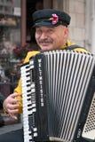 JERUSALEM, ISRAEL - 15. MÄRZ 2006: Purim-Karneval, Straßenmusiker spielt das Akkordeon Lizenzfreies Stockfoto