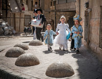 JERUSALEM, ISRAEL 6. MÄRZ 2015: Purim in Mea Shearim-Viertel Stockbilder