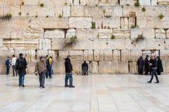 JERUSALEM ISRAEL - MARS 15, 2016: Folk på den att jämra sig (västra) väggen i den gamla staden Jerusalem (Israel) royaltyfri foto