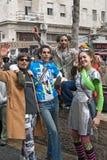 JERUSALEM ISRAEL - MARS 15, 2006: Purim karneval Grupp människor firar festivalen Arkivfoto