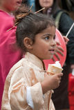 JERUSALEM ISRAEL - MARS 15, 2006: Purim karneval Stående av lite den iklädda flickan en dräktjapan Royaltyfria Foton