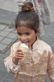 JERUSALEM ISRAEL - MARS 15, 2006: Purim karneval Stående av lite den iklädda flickan en dräktjapan Royaltyfria Bilder