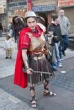 JERUSALEM, ISRAEL - 15. MÄRZ 2006: Purim-Karneval Ein junger Mann kleidete in einer Klage eines römischen Soldaten mit einer Klin Lizenzfreies Stockbild