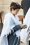JERUSALEM ISRAEL - OKTOBER 31, 2014: En oidentifierad judisk bo Arkivfoton