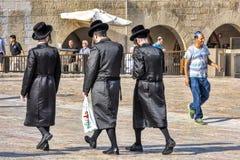 Jerusalem Israel, 15th September 2017 Tre ortodoxa judiska män går på jordningen av den att jämra sig väggen Arkivbilder