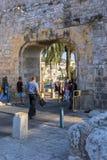 Jerusalem Israel 15th September 2017 turist- passerande till och med porten i den gamla staden av Jerusalem Royaltyfri Fotografi