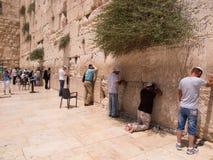 JERUSALEM - Juli 15: Jewish prayers and pilgrims beside Western Stock Photography