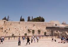JERUSALEM - Juli 15: Jewish prayers and pilgrims beside Western Wall Stock Images