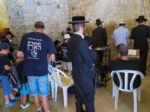 JERUSALEM - Juli 15: Jewish prayers and pilgrims beside Western Royalty Free Stock Photo