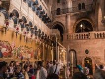 JERUSALEM - Juli 15: Sten av smörja av Jesus i helgedomen Arkivfoton