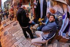 Jerusalem - 04 04 2017: Lokal folkvågspel som spelar kort i Jer Royaltyfri Bild