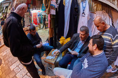 Jerusalem - 04 04 2017: Lokal folkvågspel som spelar kort i Jer Royaltyfria Bilder