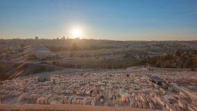 Jerusalem-Panoramaansicht über die Stadt an Sonnenuntergang timelapse mit dem Felsendom vom Ölberg stock footage