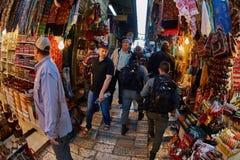 Jerusalem - 04 04 2017: Polisstyrkor går ho marknaden in Arkivbild