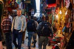 Jerusalem - 04 04 2017: Polisstyrkor går ho marknaden in Royaltyfri Bild