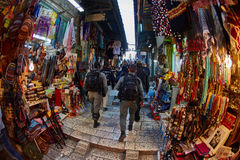 Jerusalem - 04 04 2017: Polisstyrkor går ho marknaden in Arkivfoto