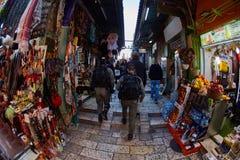 Jerusalem - 04 04 2017: Polisstyrkor går ho marknaden in Arkivbilder