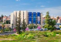 Jerusalem-Straße mit einer Kampagnenanschlagtafel auf einem Gebäude Stockfotos