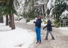 Jerusalem tonåringar som spelar i snöfallet Arkivbilder