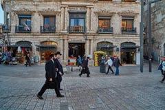 Jerusalem - 04 04 2017: Turister går ho marknaden i nollan Arkivbild