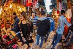 Jerusalem - 04 04 2017: Turister går ho marknaden i nollan Fotografering för Bildbyråer
