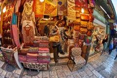 Jerusalem - 04 04 2017: Turister går ho marknaden i nollan Royaltyfri Fotografi