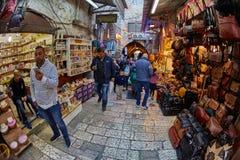 Jerusalem - 04 04 2017: Turister går ho marknaden i nollan Arkivfoton