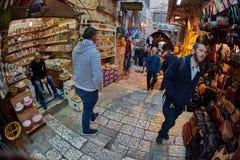 Jerusalem - 04 04 2017: Turister går ho marknaden i nollan Royaltyfria Foton
