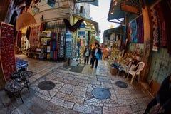 Jerusalem - 04 04 2017: Turister går ho marknaden i nollan Royaltyfria Bilder
