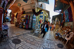 Jerusalem - 04 04 2017: Turister går ho marknaden i nollan Arkivfoto