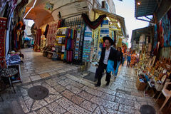 Jerusalem - 04 04 2017: Turister går ho marknaden i nollan Arkivbilder