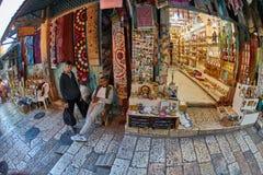 Jerusalem - 04 04 2017: Turister går ho marknaden i nollan Royaltyfri Bild